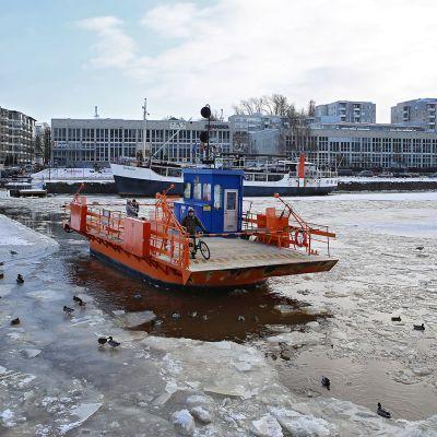 Yle Uutiset Lounais-Suomi: Aurajoki ei saa jääsiltaa tänäkään talvena – Föri kulkee edelleen