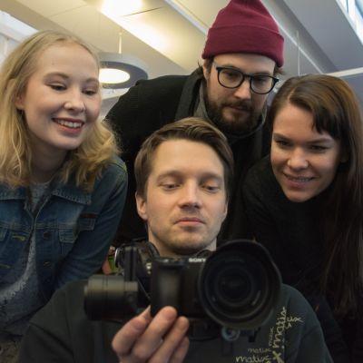 Tuotantoryhmä katsoo, miten Kuopion kaupungin opiskelijaelämästä kertovan Youtube-sarjan kuvaus on onnistunut.