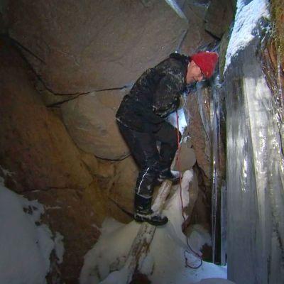 Luolan alaosaan on selvästi asettu astinpuu laskeutumisen helpottamiseksi.