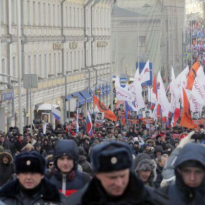 Tuhannet marssivat Moskovassa oppositiopoliitikko Boris Nemtsovin muistolle.