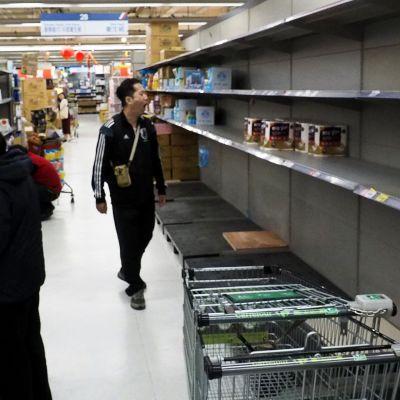 Tyhjiä hyllyjä taipeilaisessa supermarketissa.