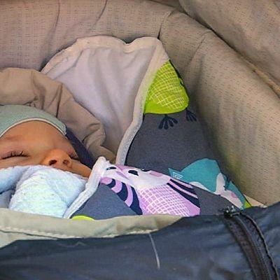 Viljo-vauva nukkuu pakkasessakin makoisat unet.