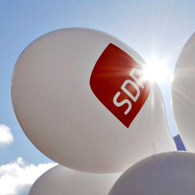 SDP:n ilmapalloja demareiden kuntavaaliteltalla.