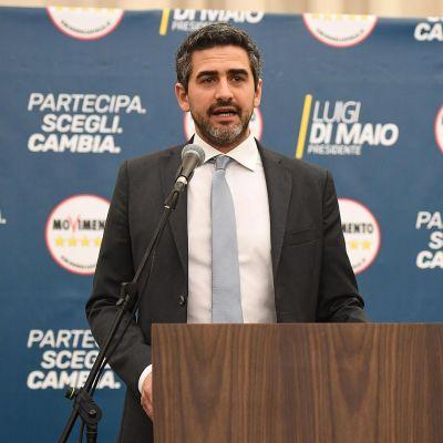 Populistisen Viiden tähden liikkeen Riccardo Fraccaro puhuu toimittajille.