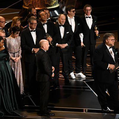 Elokuvaryhmä lavalla gaalassa.