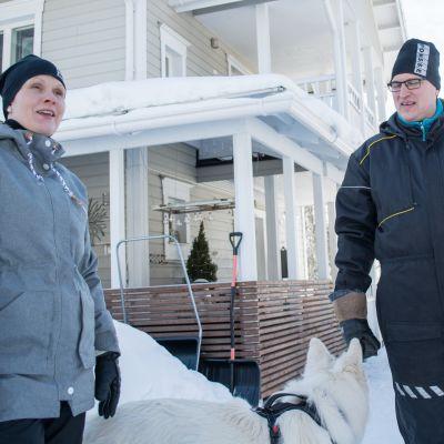 Anne ja Petri Härkönen kotinsa pihassa.