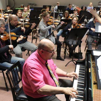 Yhteiskonsertti kunnioittaa 100-vuotiasta Ilmavoimia ja legendaarista jazzpianistia Oscar Petersonia.