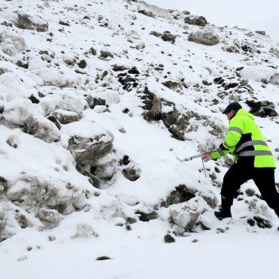 Vesistötutkija Esa Hell ottaa näytettä Lielahden lumenkaatopaikalla