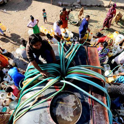 Vedenjakelua tankkiautosta Bhopalissa Intiassa.