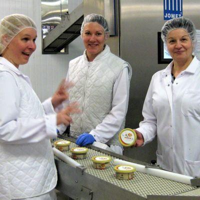 Jokilaakson Juuston laatupäällikkö Johanna Jokinen, elintarviketyöntekijä Marja Paananen sekä tuotantopäällikkö Sari Soikka iloitsevat hummuksen finaalipaikasta.