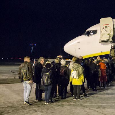 Ryanair saapuu Lappeenrantaan, ja lähtevät matkustajat jonottavat kyytiin.