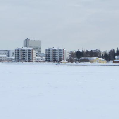 Kemin kaupunki kuvattuna jäältä käsin.