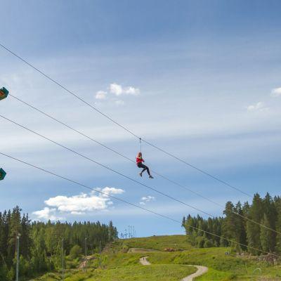 Laajavuoren seikkailupuiston uusi rata rakentuu tänä keväänä laskettelurinteen ylle.