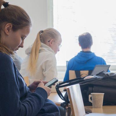 Lukiolainen Elisa Karppinen jatkoi opiskelujaan tutussa ympäristössä. Paltamossa yläaste ja lukio sijaitsevat samassa rakennuksessa, joten lukion tuttuus voi vaikuttaa kotikylän lukiovalinnan puolesta.
