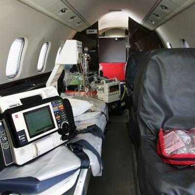 Yksityisen ambulanssikoneen sisätila.