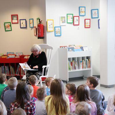 Maikki Harjanne lukee lapsille Kellon kirjastossa