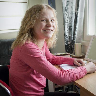 Anni Lamminsivu tekemässä läksyjä