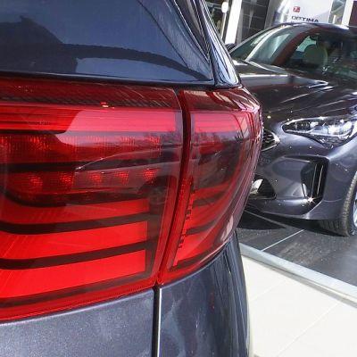 Kaksi uutta autoa autokaupassa.