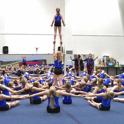 Lakeuden Taitovoimistelijats gymnaster övar sitt uppvisningsprogram.