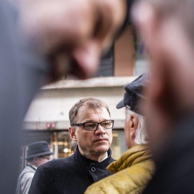 Pääministeri Juha Sipilä tapaa ihmisiä keskustan puoluevaltuuston vuosikokouksen yhteydessä Lanunaukiolla Lahdessa lauantaina 21. huhtikuuta