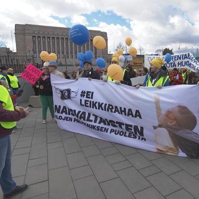 Ei leikkirahaa -mielenosoitus keräsi lähes 2000 ihmistä Helsingin keskustaan