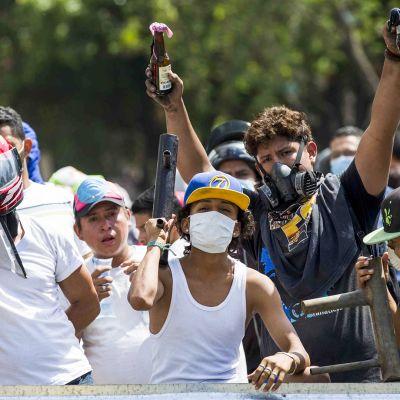 Protestoijia eläkeuudistusta vastaan.