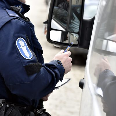 Poliisi valvoi nopeuksia Helsingissä keskiviikkona 18. huhtikuuta 2018.