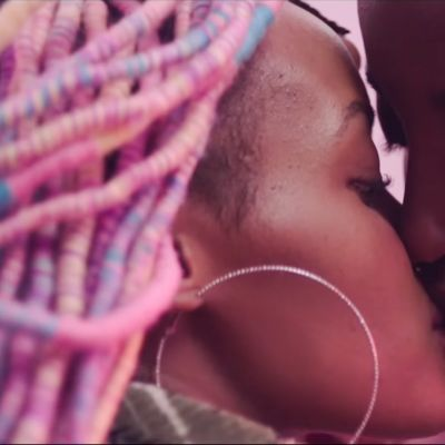 Kaksi naista suutelee