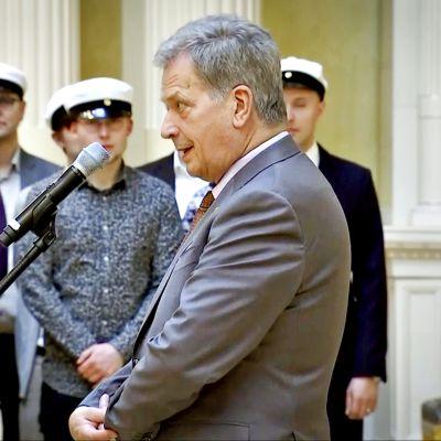 Sauli Niinistö ja Jenni Haukio vastaanottavat perinteiset vapputervehdyksen Ylioppilaskunnan Laulajilta 1. toukokuuta 2018.