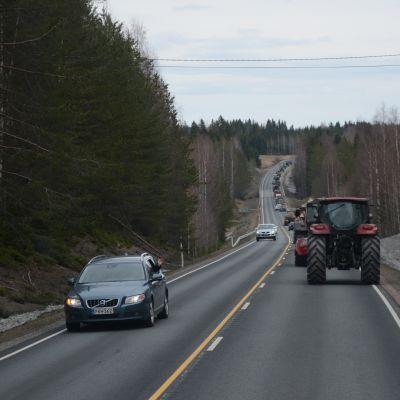 Traktorimarssi etenee valtatie 77 pitkin.
