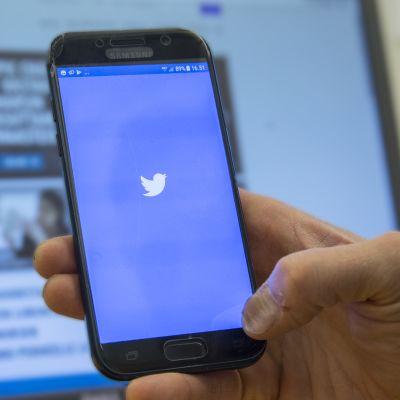 Twitter-logo puhelimen näytöllä.
