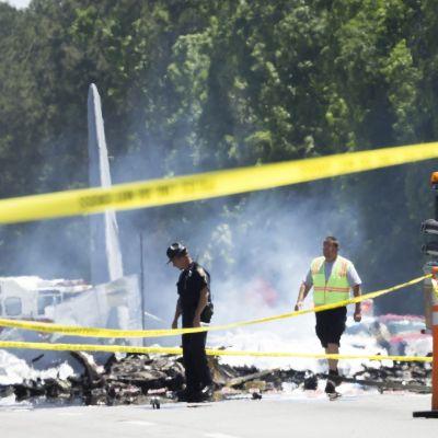 Pelastustyöntekijöitä ja tuhoutuneen lentokoneen osia