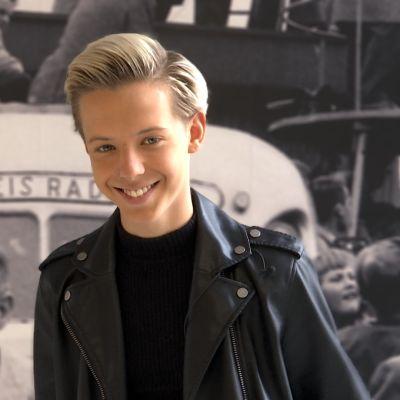 Uutisvideot: Tubettaja Tuure Boelius laulaa lätkäjätkän ja toisen pojan välisestä ihastumisesta.