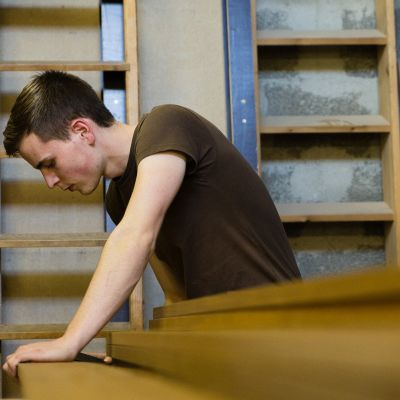 Sveitsiläinen oppisopimusopiskelija Michel Stehelin opiskelee puusepänverstaassa lähellä Berniä
