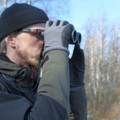 Heikki Helle kiikaroi lintuja Rautpohjanlahden lintutornissa Jyväskylässä.