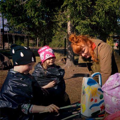 lastenrhanopettaja Kati Laaksonen, taiteilija Maija Raikamo, Koria, Upseerin päkoti, lapset tekevät taidetta roskista