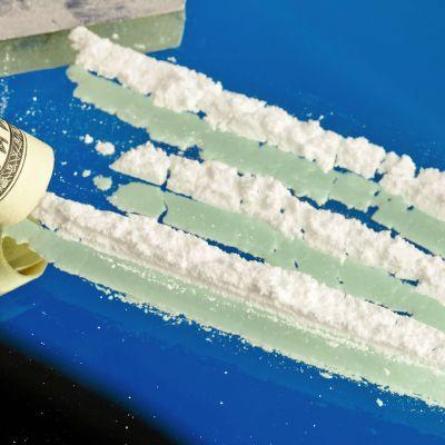 Kokaiiniviivoja lasin päällä