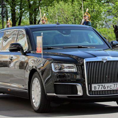 Putin saapuu uudella venäläisvalmisteisella Kortež-limusiinilla virkaanastujaisiin.