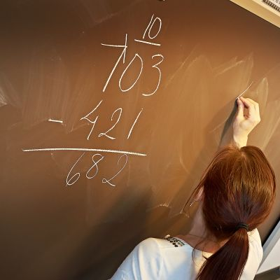 Opettaja opettaa matematiikkaa.