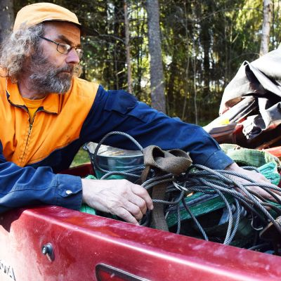 Aimo Särkijärvi kaivaa autonsa lavalta löytyvää työkalukasaa.