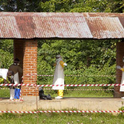 Terveystyöntekijöitä desinfioitiin Bikoron sairaalassa Kongossa 12. toukokuuta.
