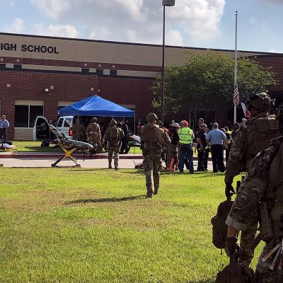 Pelastushenkilökuntaa Santa Fen koulun pihalla Texasissa.