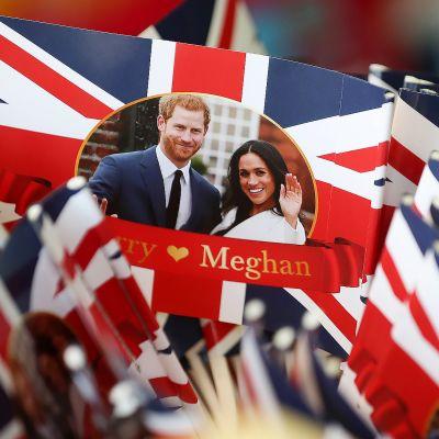 Pieniä englannin lippuja joissa on Prinssi Harry ja Meghan Marklen kuva.
