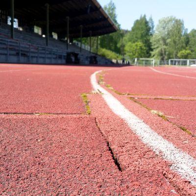 Kuusankosken urheilukentän juoksualustan paikkaus
