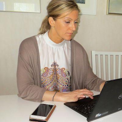 Kemissä asuva Ellen Nissinen tekee itsekin osan viikosta etänä. Hänen fyysinen työpaikkansa on Oulussa.