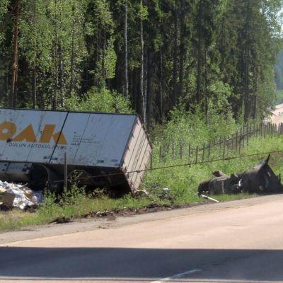 Rekan nostotyö Nelostiellä liikenneonnettomuuden jälkeen.