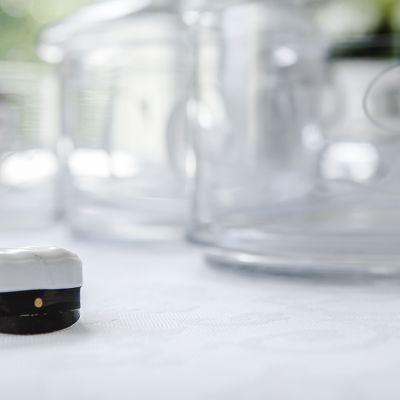 Yo-lakki, kakun koriste pöydällä