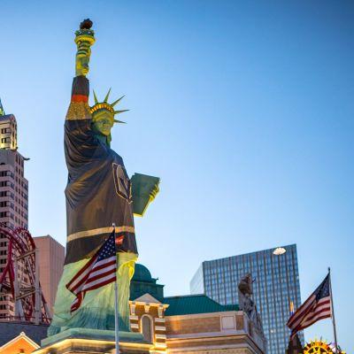 Las Vegasin vapaudenpatsaallakin on kaupungin NHL-joukkueen pelipaita yllään.
