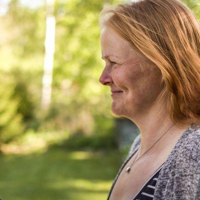 Lisa Finne ja Nina Ahlholm katsovat toisiaan silmiin.