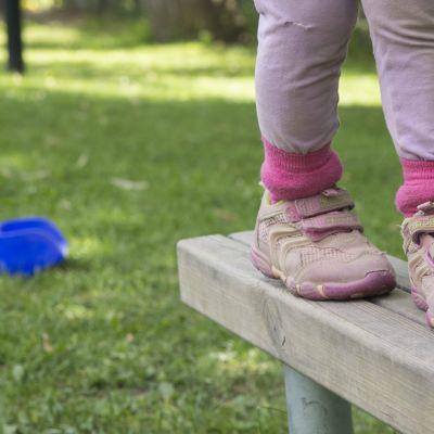Lapsen jalat lähikuvassa.